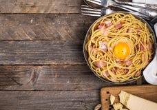 Pasta con bacon, l'uovo ed il formaggio Fotografie Stock