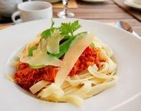 Pasta con carne di coniglio e salsa al pomodoro Fotografia Stock