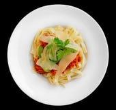 Pasta con carne di coniglio e salsa al pomodoro, isolate Fotografia Stock