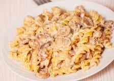 Pasta con carne ed i funghi con salsa cremosa Fotografie Stock