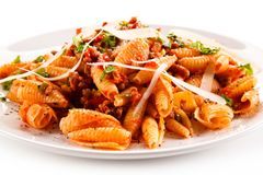 Pasta con carne, salsa al pomodoro e le verdure Fotografia Stock