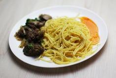 Pasta con fegato e la salsa fritti di spacy fotografia stock