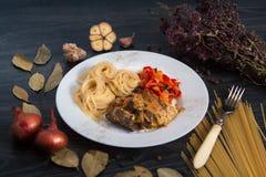 Pasta con fegato sotto salsa fotografia stock libera da diritti