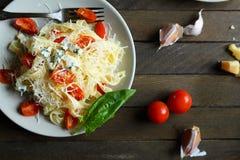 Pasta con formaggio ed i pomodori, vista superiore Immagini Stock