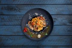 Pasta con frutti di mare in salsa al pomodoro Immagini Stock Libere da Diritti