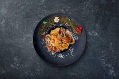 Pasta con frutti di mare in salsa al pomodoro Immagine Stock