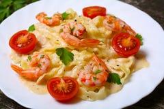 Pasta con gamberetto, i pomodori, le erbe e la salsa crema Fotografia Stock Libera da Diritti