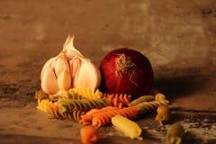 Pasta con gli ingredienti su fondo di pietra fotografie stock