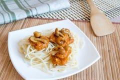 Pasta con i funghi e la salsa Fotografia Stock