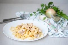 Pasta con i funghi prataioli e la salsa Immagini Stock