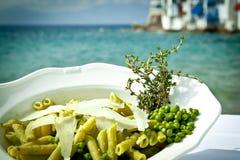 Pasta con i piselli ed il timo dalla spiaggia. Fotografia Stock