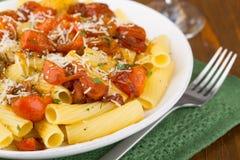 Pasta con i pomodori ciliegia Fotografie Stock