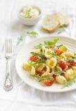 Pasta con i pomodori ciliegia ed il parmigiano Immagini Stock