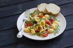 Pasta con i pomodori ciliegia, la rucola ed il parmigiano Fotografia Stock Libera da Diritti