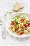 Pasta con i pomodori ciliegia, la rucola ed il parmigiano Immagini Stock Libere da Diritti