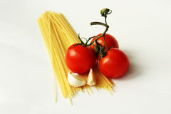 Pasta con i pomodori e l'aglio Immagini Stock