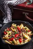 Pasta con i pomodori e la carne su fondo rustico scuro Immagini Stock Libere da Diritti