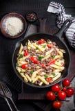 Pasta con i pomodori e la carne su fondo rustico scuro Fotografia Stock