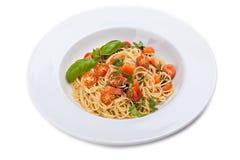 Pasta con i pomodori ed il basilico freschi Fotografia Stock Libera da Diritti