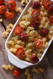 Pasta con i pomodori, vista superiore verticale delle salsiccie Immagini Stock