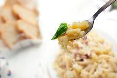 Pasta con il formaggio e la pancetta affumicata di Provola delle patate Immagini Stock