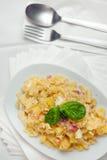 Pasta con il formaggio e la pancetta affumicata di Provola delle patate Fotografia Stock