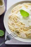 Pasta con il pollo e la salsa cremosa Fotografia Stock