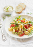 Pasta con il pomodoro ciliegia, la rucola ed il parmigiano Immagine Stock