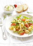 Pasta con il pomodoro ed il formaggio Fotografia Stock