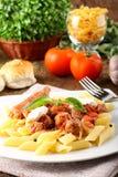 Pasta con il pomodoro, la salsiccia e la ricotta Fotografie Stock