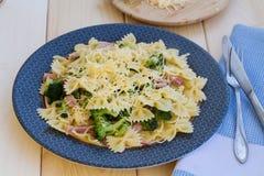 Pasta con il prosciutto, i broccoli ed il formaggio Immagini Stock Libere da Diritti