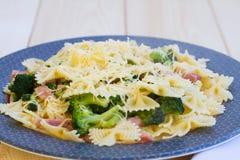 Pasta con il prosciutto, i broccoli ed il formaggio Fotografia Stock