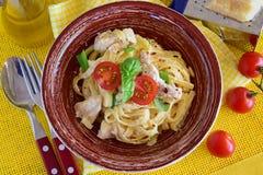 Pasta con il raccordo del pollo, crema, cipolla Fotografia Stock Libera da Diritti