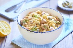 Pasta con il salmone affumicato ed i capperi in salsa crema Fotografia Stock Libera da Diritti