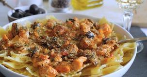 Pasta con il salmone fresco e le olive nere Fotografie Stock Libere da Diritti
