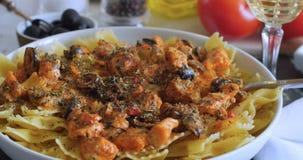 Pasta con il salmone fresco e le olive nere Immagini Stock Libere da Diritti