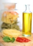 Pasta con la bottiglia ed il ketchup di olio Fotografie Stock Libere da Diritti