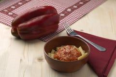 Pasta con la crema, il parmigiano, il pomodoro ed il peperoncino del peperone Fotografia Stock