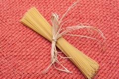 Pasta con la decorazione su struttura del tessuto Immagine Stock