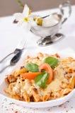 Pasta con la salsa di formaggio e della carne. Fotografie Stock
