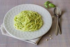 Pasta con la salsa di pesto su un fondo grigio Cucina italiana Alimento vegetariano La dieta fotografie stock libere da diritti