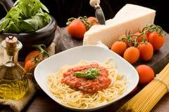 Pasta con la salsa e gli ingredienti del tomatoe Fotografia Stock