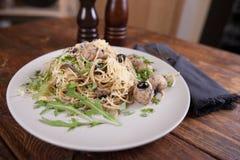 Pasta con le acciughe e le olive nere fotografia stock libera da diritti