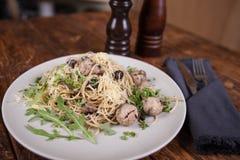 Pasta con le acciughe e le olive nere fotografie stock