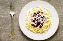 Pasta con le barbabietole ed il formaggio di capra arrostiti Immagine Stock Libera da Diritti