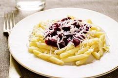 Pasta con le barbabietole ed il formaggio di capra arrostiti Fotografia Stock