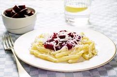 Pasta con le barbabietole ed il formaggio di capra arrostiti Fotografie Stock Libere da Diritti