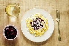 Pasta con le barbabietole ed il formaggio di capra arrostiti Fotografia Stock Libera da Diritti