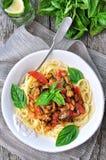 Pasta con le cozze, le merguez, il bacon, il pomodoro ed il basilico Immagini Stock Libere da Diritti