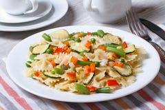 Pasta con le fette di verdure, primo piano di Farfalle del formaggio Immagini Stock